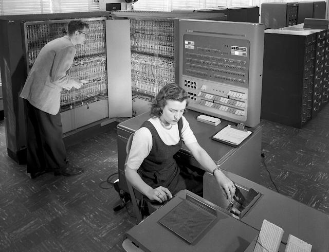 mujer y hombre trabajando en IBM