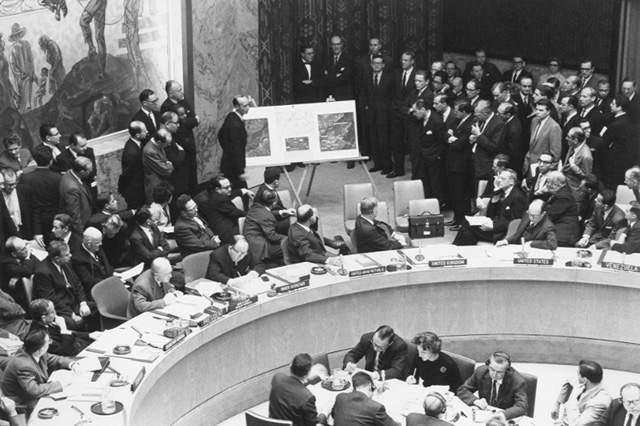 El embajador de EE.UU. ante la ONU, Adlai Stevenson