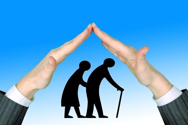 imagen de manos guardando dos personas majores