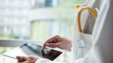 Doctor usando una tableta