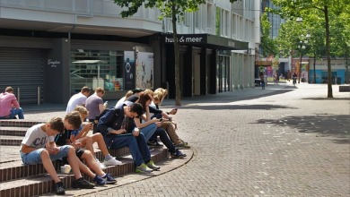 Grupo de niños absortos en sus móviles