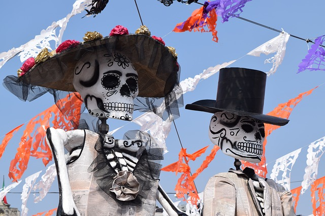 Imagen de esqueletos defilando de admitrinidad en Pixabay
