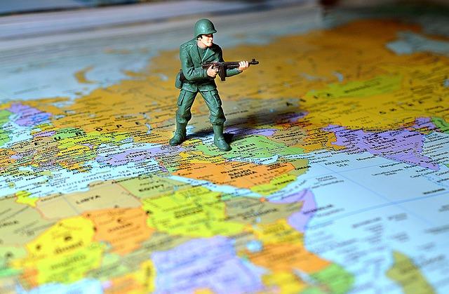 Soldado de juguete sobre mapamundi