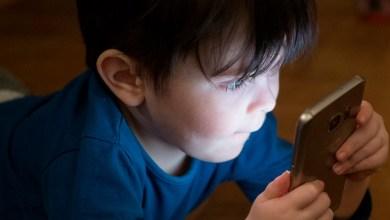 Niño absorto en un teléfono móvil