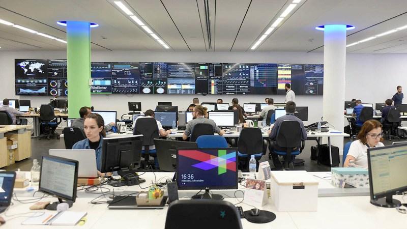 ¿Qué tipo de profesionales trabajan en el Security Operations Center (SOC)?