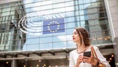 Mujer frente al edificio del Parlamento Europeo