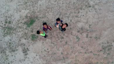 Niños mirando a un dron